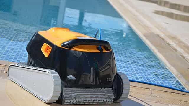 le robot au bord de la piscine