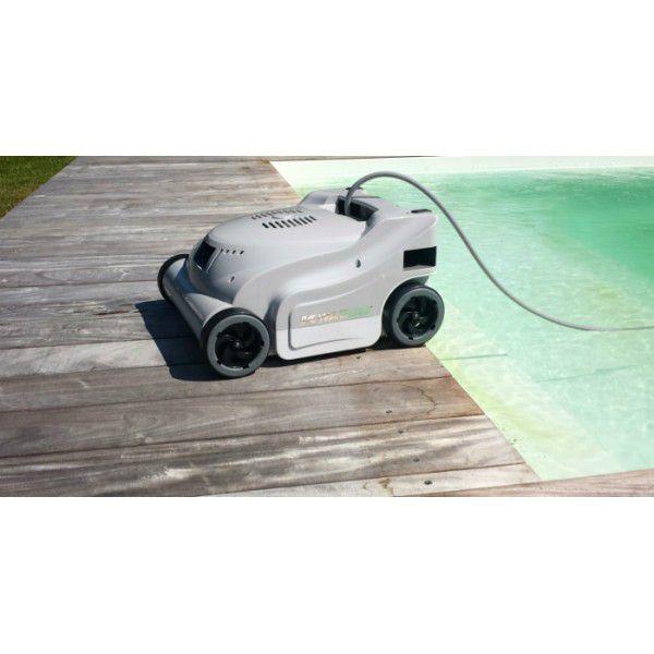robot au bords de la piscine